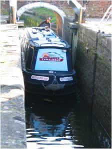 Guiding the narrowboat into a single lock